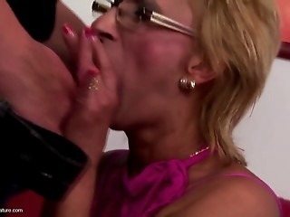 Young guy cums inside mature mommy
