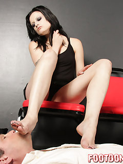 <!–-IMAGE_COUNT-–> of Annika gets a foot worship from her admirer